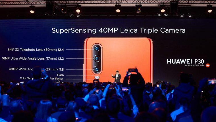 Durante la presentación de la serie P30, en París, se compararon las especificaciones técnicas de la cámara frente a otros modelos. (Foto Prensa Libre: Huawei)