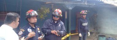 Bomberos permanecen frente a la vivienda donde fue localizado el cadáver de la mujer y su hijo en Chichicastenango. (Foto Prensa Libre: Bomberos Municipales Departamentales).