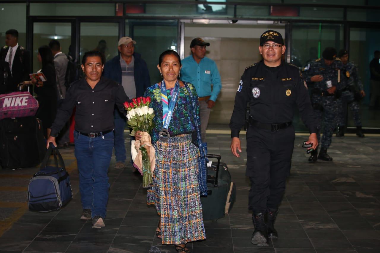 María del Carmen Tun Cho en el momento que salió del Aeropuerto La Aurora. (Foto Prensa Libre: Cortesía Manuel Tupil)