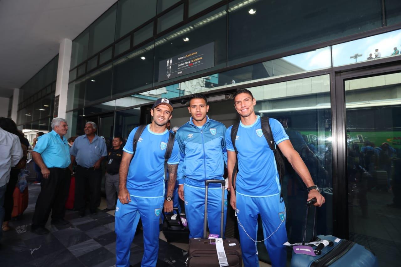 José Contreras, Alejandro Galindo y Carlos Gallardo a su regreso al país después de la victoria de Guatemala contra Nicaragua. (Foto Prensa Libre: Francisco Sánchez)