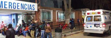 Bomberos Voluntario de Nahualá ingresaron a los heridos al Hospital Regional de Occidente la noche del miércoles. (Foto Prensa Libre: María José Longo)