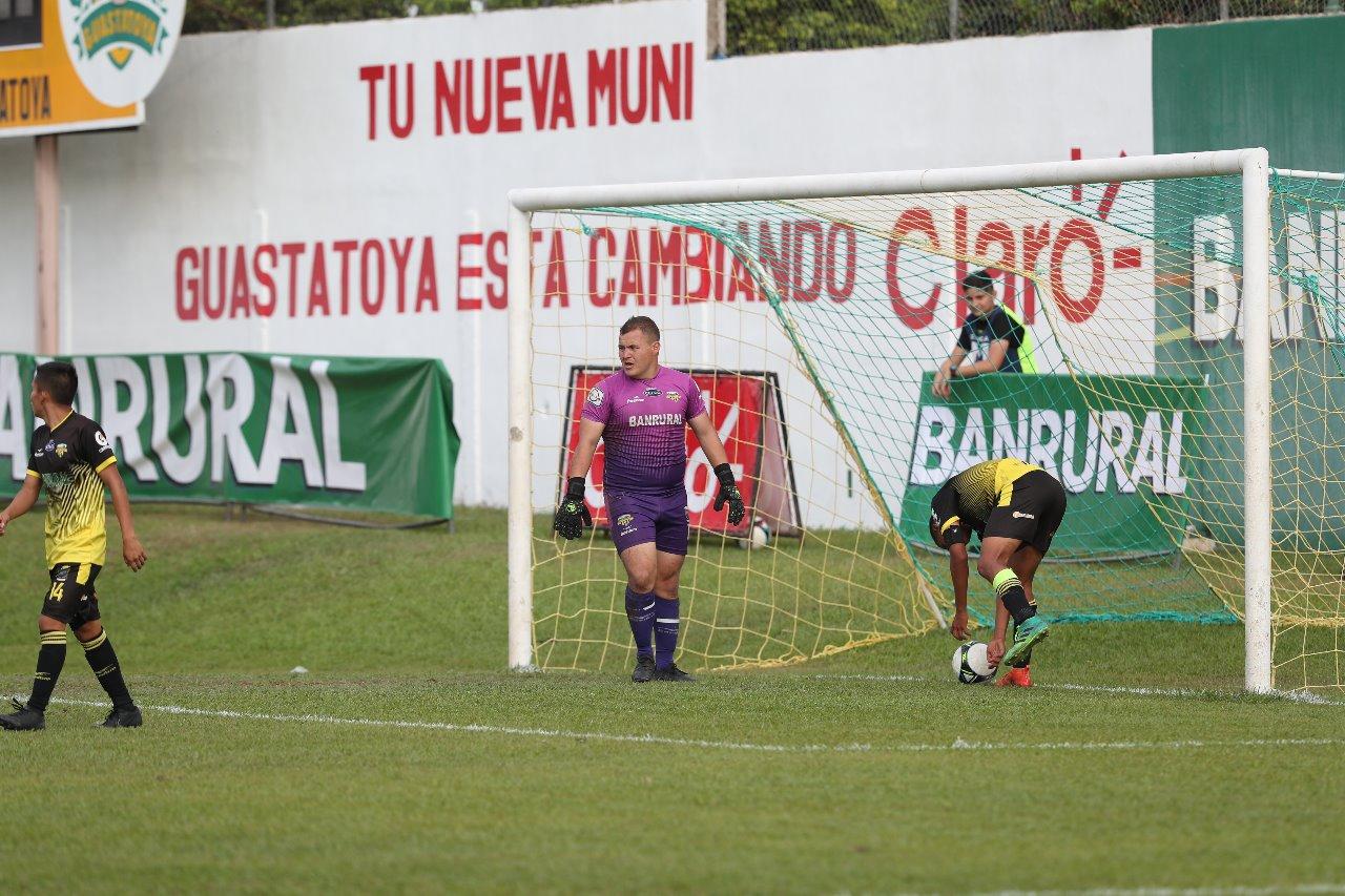 Deportivo Petapa se desplomó en la segunda mitad y concedió seis goles. (Foto Prensa Libre: Edwin Fajardo)