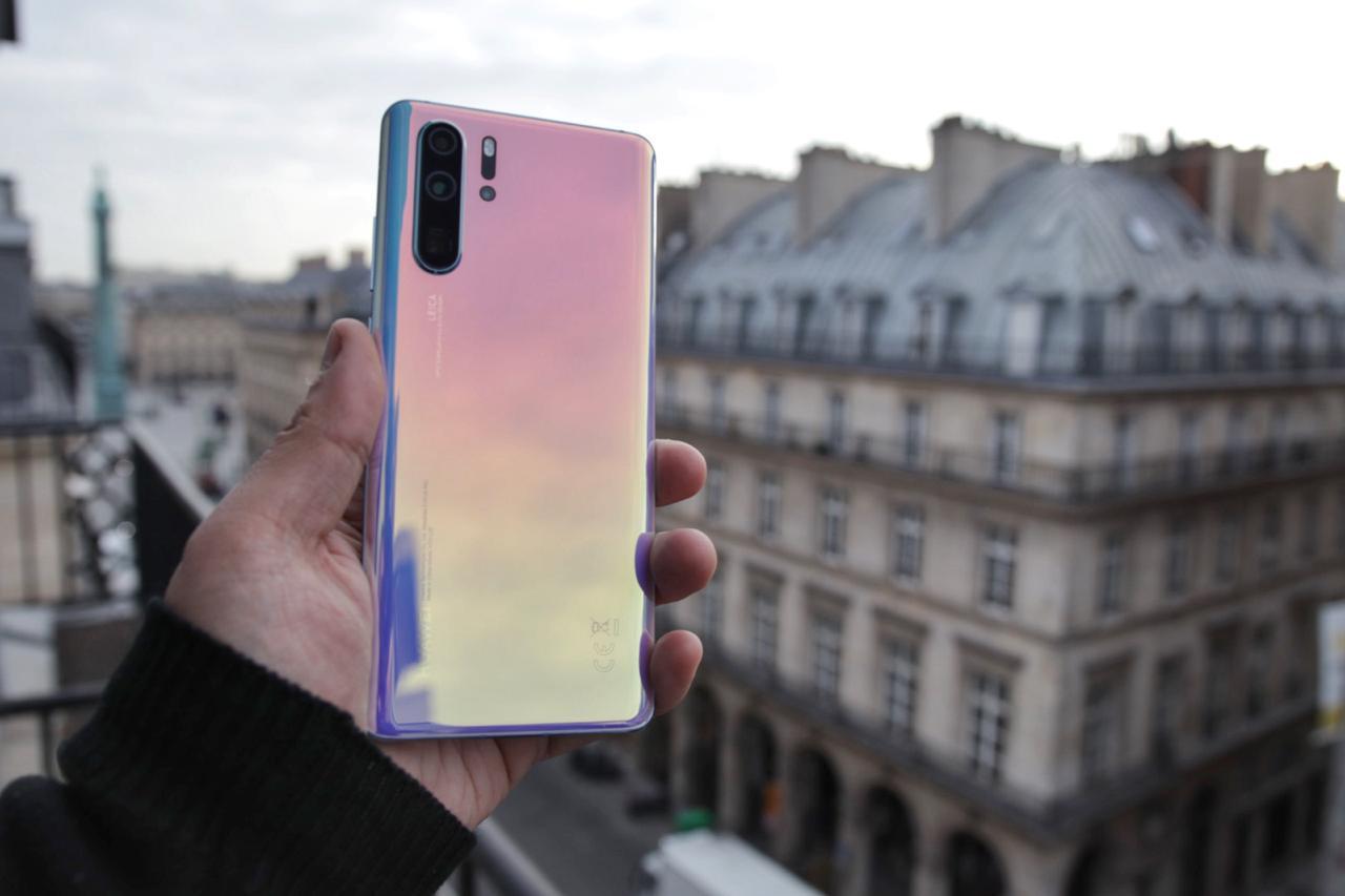 Una de las innovaciones que destacó Goga fue los colores traslúcidos que Huawei introdujo en la serie P30 en París. (Foto Prensa Libre: Arturo Goga)