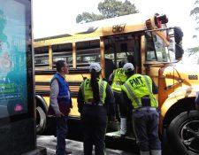 La Policía Municipal de Tránsito de la capital junto a la PDH supervisó buses escolares. (Foto Prensa Libre: cortesía PDH)