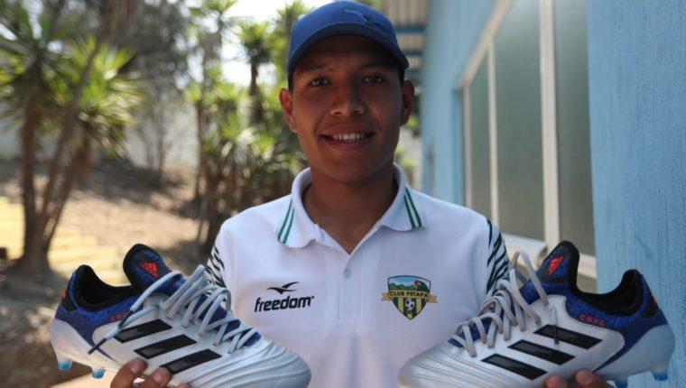 Byron Argueta agradece a José Contreras, quien le regaló un par de zapatos nuevos. (Foto Prensa Libre: Francisco Sánchez)