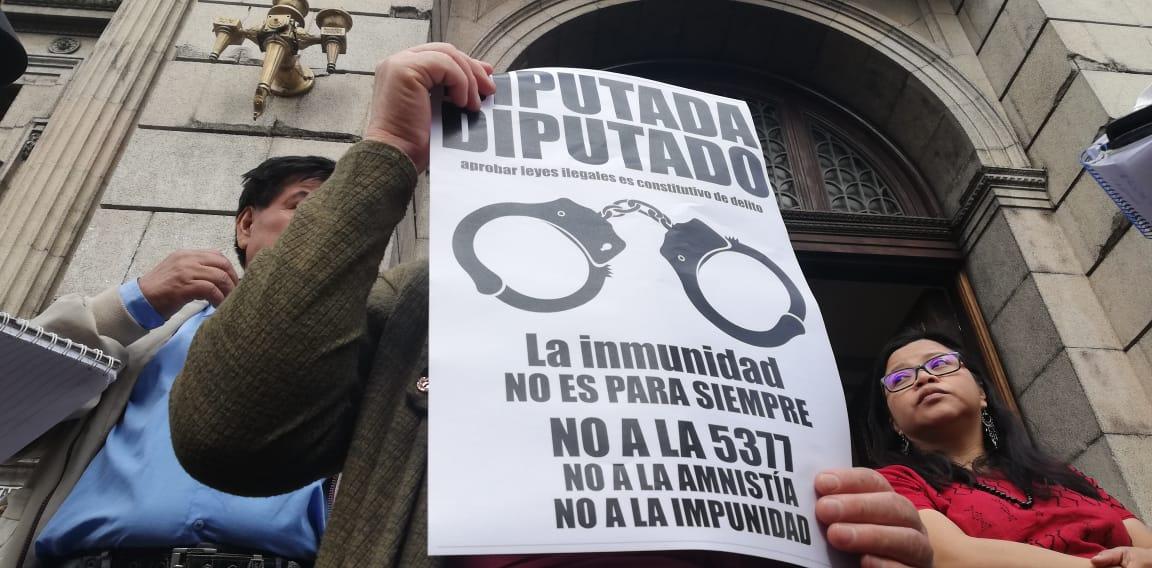 Integrantes de la Coordinadora del Movimiento Nacional de Victimas acudieron frente al Congreso para protestar en contra de las reformas a la Ley de Reconciliación Nacional. (Foto Prensa Libre: Cortesía)