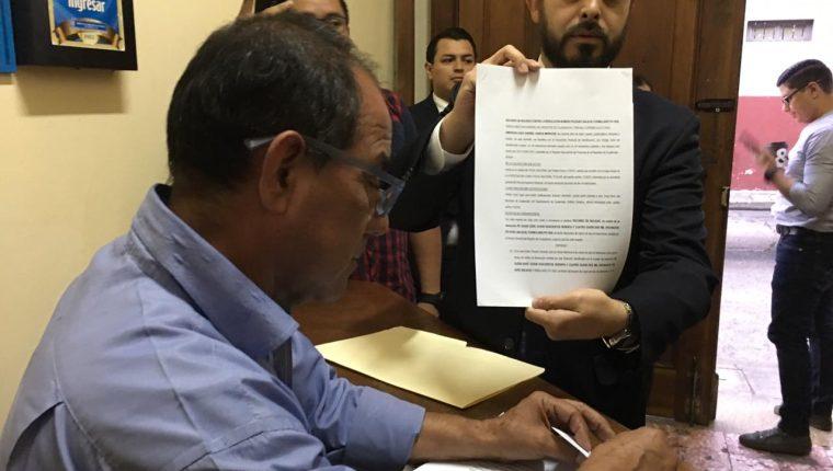Emerson García, fiscal del partido Todos, al momento de presentar el recurso de impugnación. (Foto Prensa Libre: Hemeroteca PL)