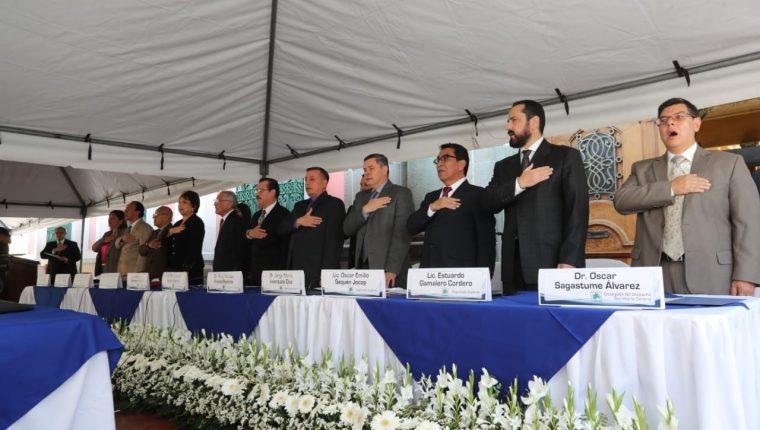 Los secretarios generales de los partidos políticos firmaron un pacto de no agresión. (Foto Prensa Libre: Érick Ávila)
