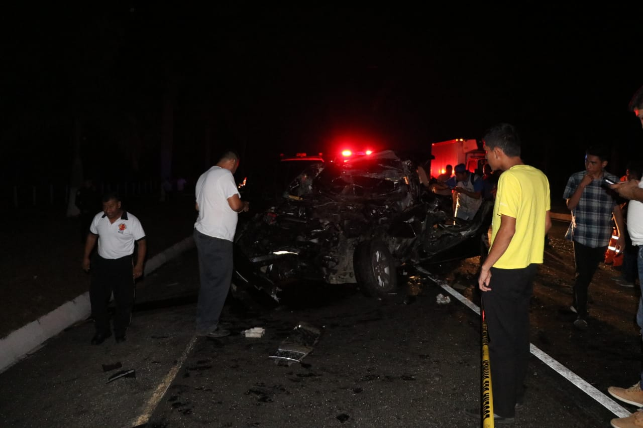 Cuatro muertos en un accidente de tránsito en la autopista Palín-Escuintla. (Foto Prensa Libre: Carlos Paredes).