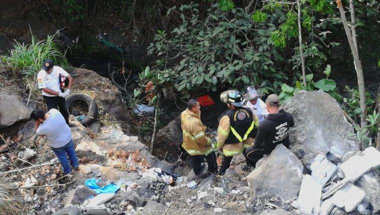Un vehículo con 10 personas se precipitó en un barranco en el kilómetro 63 de la ruta a El Salvador. Dos personas mueren en el percance. (Foto Prensa Libre: CVB)