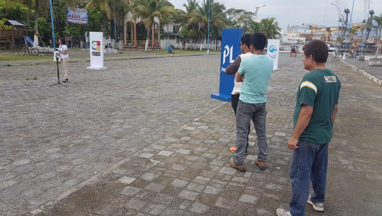 Vecinos de Izabal se manifiestan por medio de Cabildo Abierto de Prensa Libre y Noticiero Guatevisión. (Foto Prensa Libre: Dony Stewart)