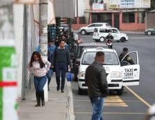 El incidente del jueves último, donde perdieron la vida un taxista, por heridas de arma de fuego, y dos supuestos sicarios que fueron vapuleados, cambió la forma en que se transportan los usuarios del final del bulevar El Naranjo. (Foto Prensa Libre: Hemeroteca PL)
