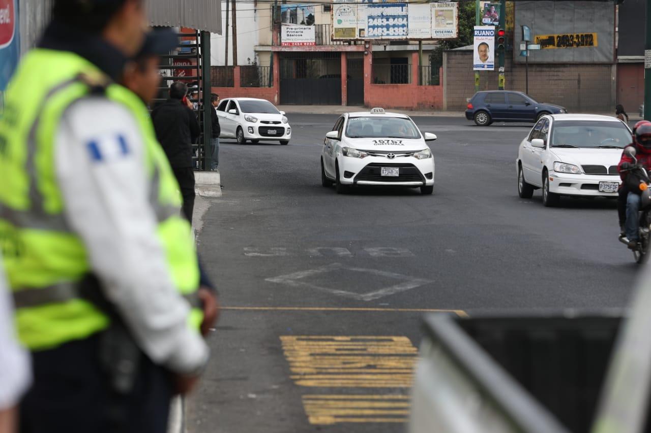 Efectivos de la Policía Municipal vigilan el área donde ocurrió el ataque armado contra un taxista el jueves. (Foto Prensa Libre: Carlos Hernández)