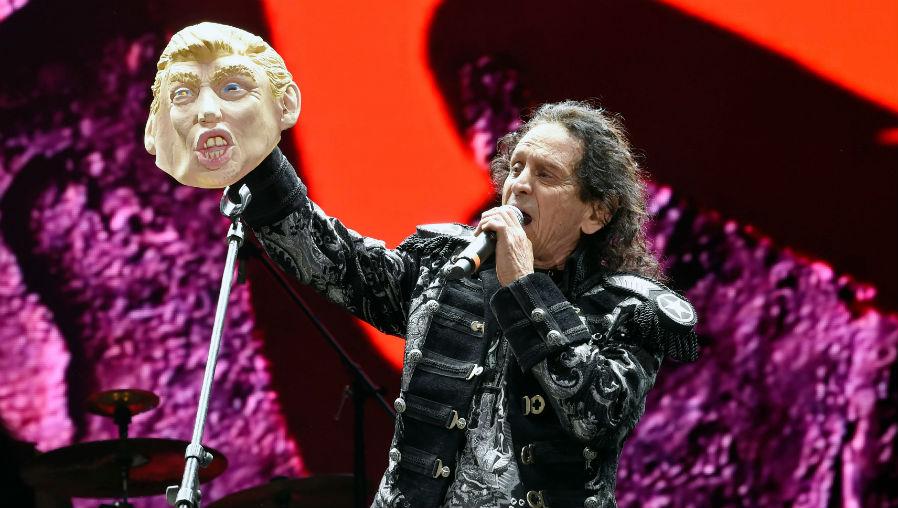 El músico mexicano Alex Lora se burla del presidente de EE.UU., Donald Trump. (Foto Prensa Libre: AFP)