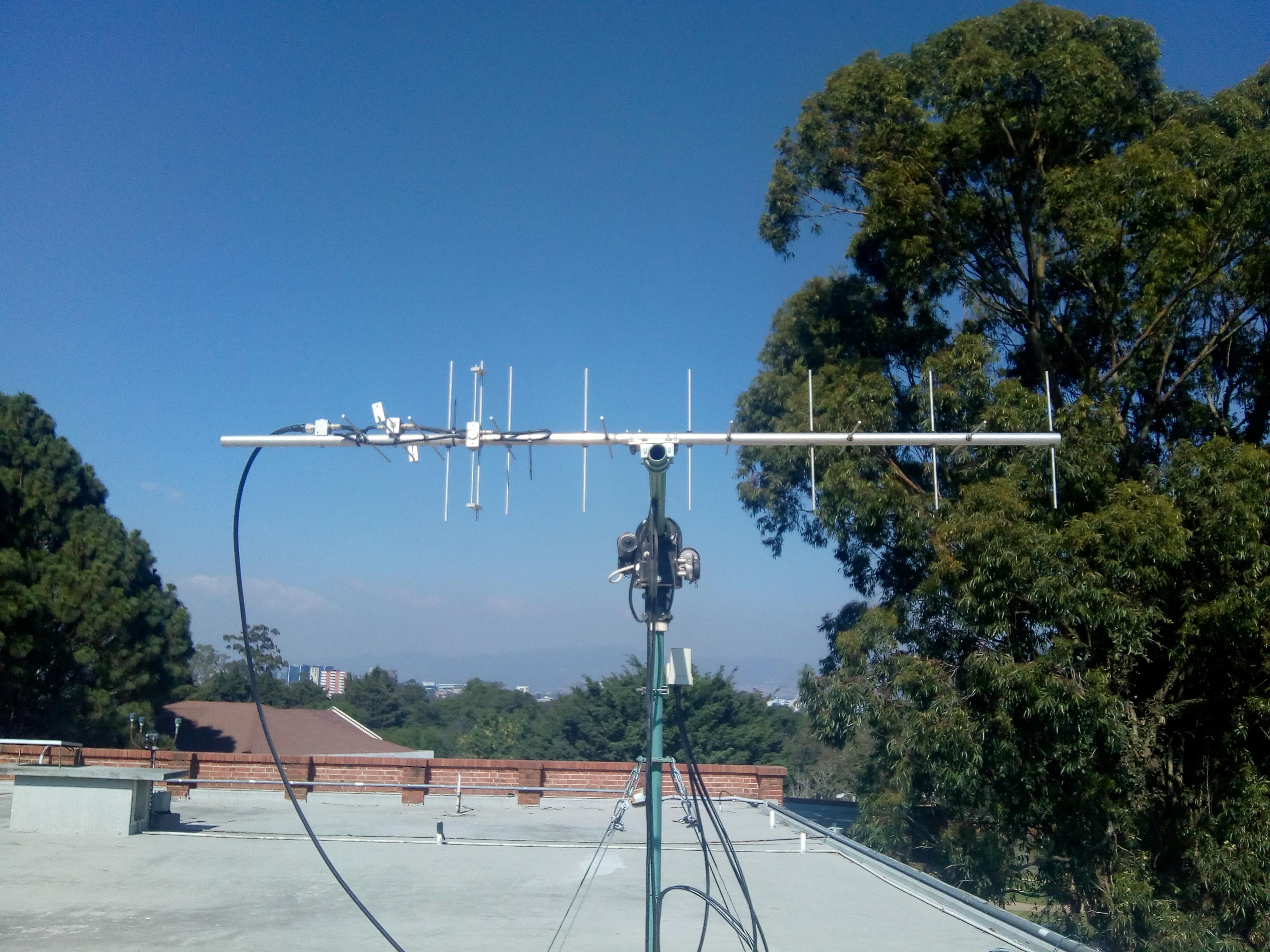 Antena que se encuentra en el techo de UVG y que capta señales satelitales (Foto Prensa Libre, cortesía del  Proyecto CubeSat)