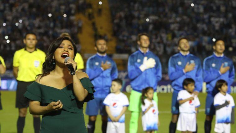 Paola Chuc cantó en el himno de Guatemala previo al juego de la selección nacional (Foto Prensa Libre: Óscar Rivas).