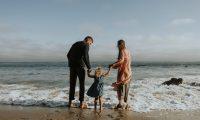 Recuerde acompañar a los niños en las actividades en la playa (Foto Prensa Libre: servicios / Pexels).