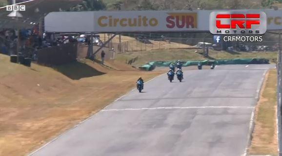 La increíble pelea de dos pilotos sobre una moto en plena carrera en Costa Rica