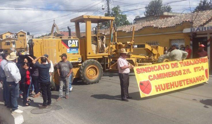 Camineros atravesaron vehículos para impedir el paso en Chiantla. (Foto Prensa Libre: Cortesía)
