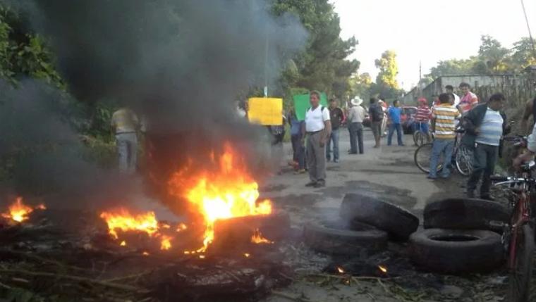 En algunos bloqueos los manifestantes queman llantas para evitar que automovilistas intentes pasar. (Foto Prensa Libre: Hemeroteca PL).