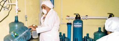 El Ministerio de Salud cuenta con poco personal para inspeccionar a las empresas purificadoras de agua a nivel nacional. (Foto Prensa Libre: Hemeroteca PL)