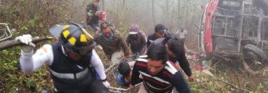 Un bus de los transportes Velásquez cayó en un barranco en el kilómetro 154 de la ruta interamericana. (Foto Prensa Libre: Maynor Toc)