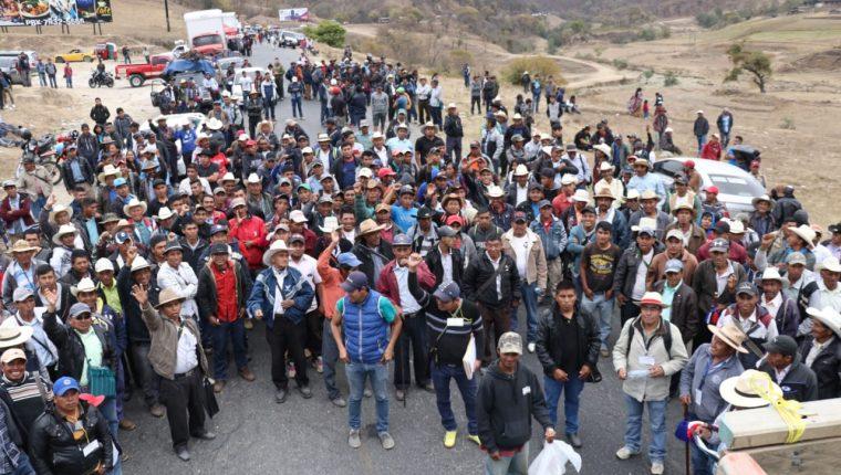 Pobladores bloquean el paso para exigir que construyan carretera. (Foto Prensa Libre: Mike Castillo)