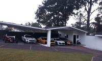 En una de las viviendas allanadas se encontraron vehículos lujosos. (Foto: Cortesía)
