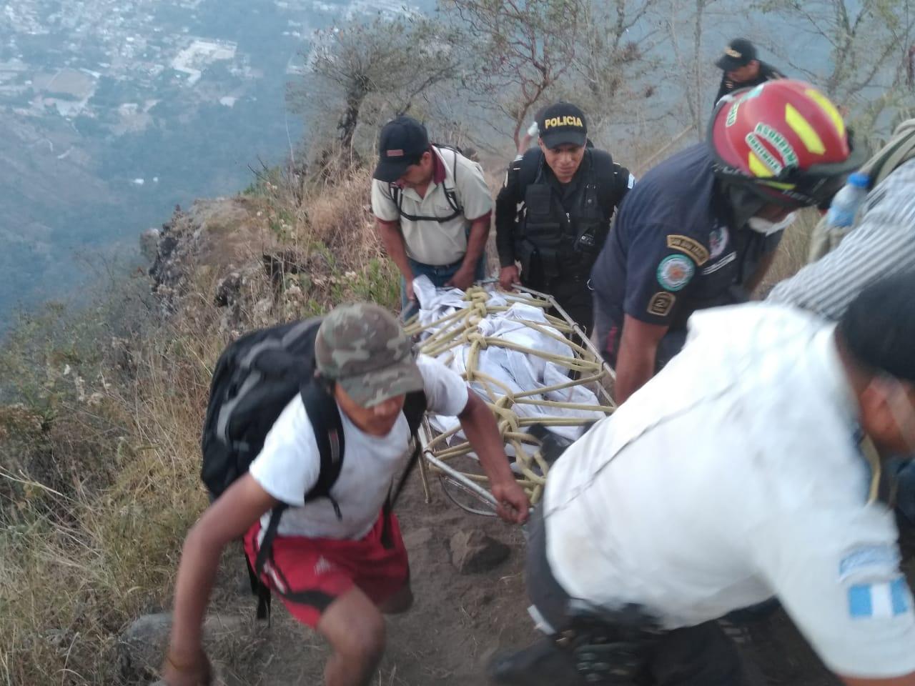 Cuerpos de socorro ayudan a rescatar el cuerpo de Catherine Shaw. (Foto Prensa Libre: Ángel Julajuj)