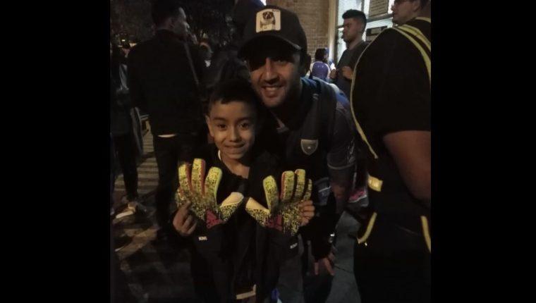 José Manuel Contreras le regaló a su sobrino los guantes de Keylor Navas. (Foto Prensa Libre: Cortesía)