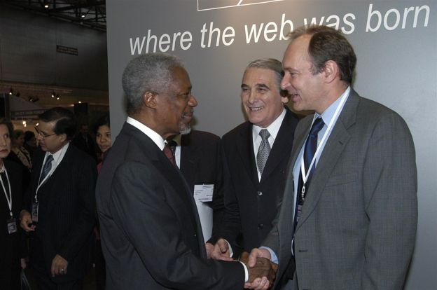 Durante la Cumbre Mundial sobre la Sociedad de la Información (CMSI) de 2003 en Ginebra, Berners-Lee estrecha la mano del secretario general de Naciones Unidas Kofi Annan (1997-2006) (CERN)
