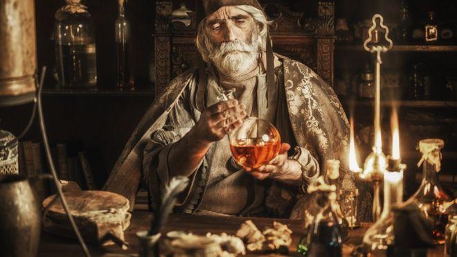 Los curanderos que con una pócima mágica pretendían solucionar todo han existido desde siempre (GETTY IMAGES)