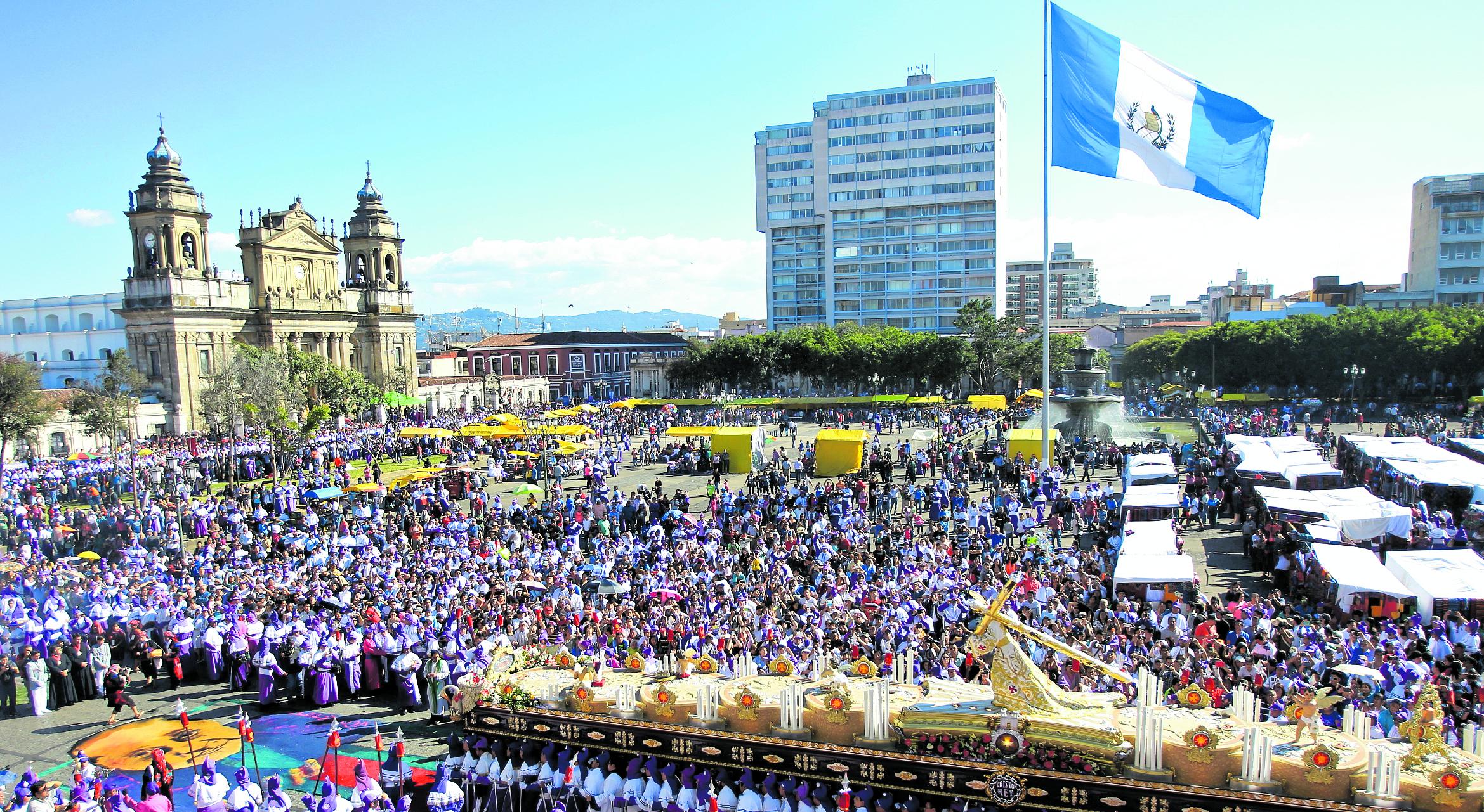 Las hermandades y la comuna lanzarán una aplicación para saber en tiempo real el recorrido de las procesiones. (Foto Prensa Libre: Hemeroteca PL)