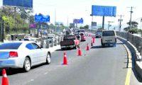 Municipalidad de Mixco coloca conos en el Paso de Desnivel donde fue el múltiple accidente que dejo como saldo 7 personas fallecidas.