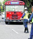 El agente de tránsito fue sorprendido cuando extorsionaba al piloto de un bus urbano, aunque no se mencionó la ubicación (Foto Prensa Libre: Hemeroteca PL)