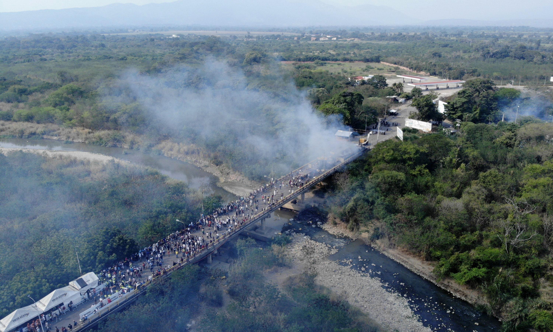 Imagen aérea que muestra humo saliendo de camiones que transportaban ayuda humanitaria y que se incendiaron en el puente Internacional Francisco de Paula Santander entre Cúcuta en Colombia y Ureña  en Venezuela. Foto prensa libre/ AFP