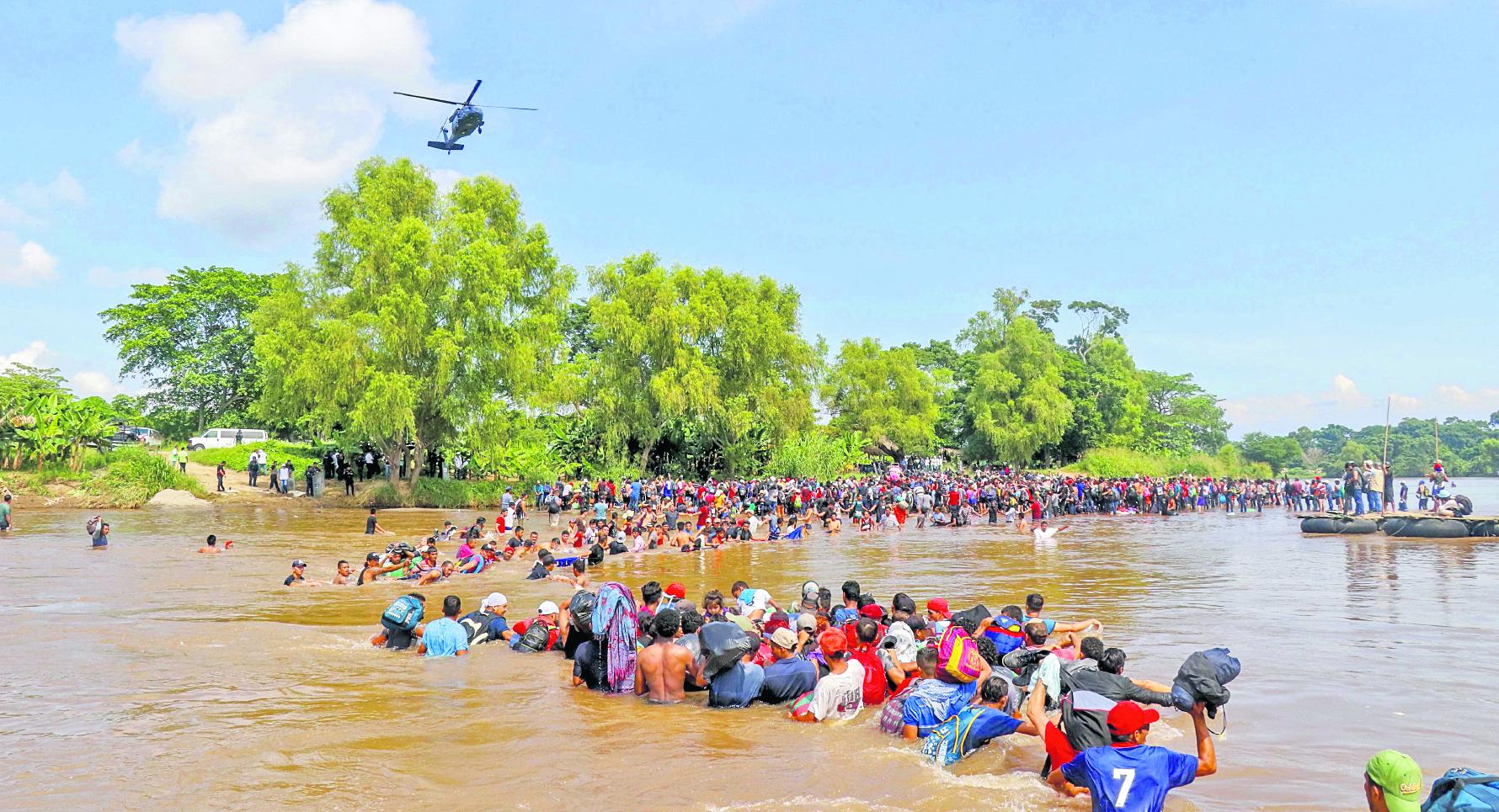 El 1 de marzo último migrantes hondureños cruzaron a pie el río Suchiate desde Guatemala.(Foto Prensa Libre: Rolando Miranda)