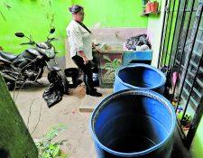 Vecinos de Santa Faz, Chinautla, protestaron este lunes por la falta de agua entubada.(Foto Prensa Libre: Erick Ávila)