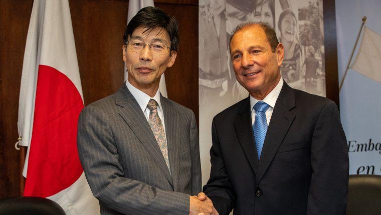 El embajador del Japón, Tomohiko Furitani y Rolando Castillo Novales, presidente de la junta directiva de la fundación Castillo Córdova, firmaron un convenio para continuar el desarrollo de proyectos sociales. (Foto Prensa Libre: Juan Diego González)