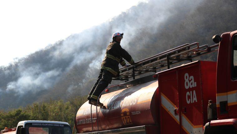 Durante varios días las brigadas de socorristas trabajaron para sofocar un incendio en el cerro Gascón, Sacatepéquez.(Foto  Prensa Libre: Carlos Hernández)