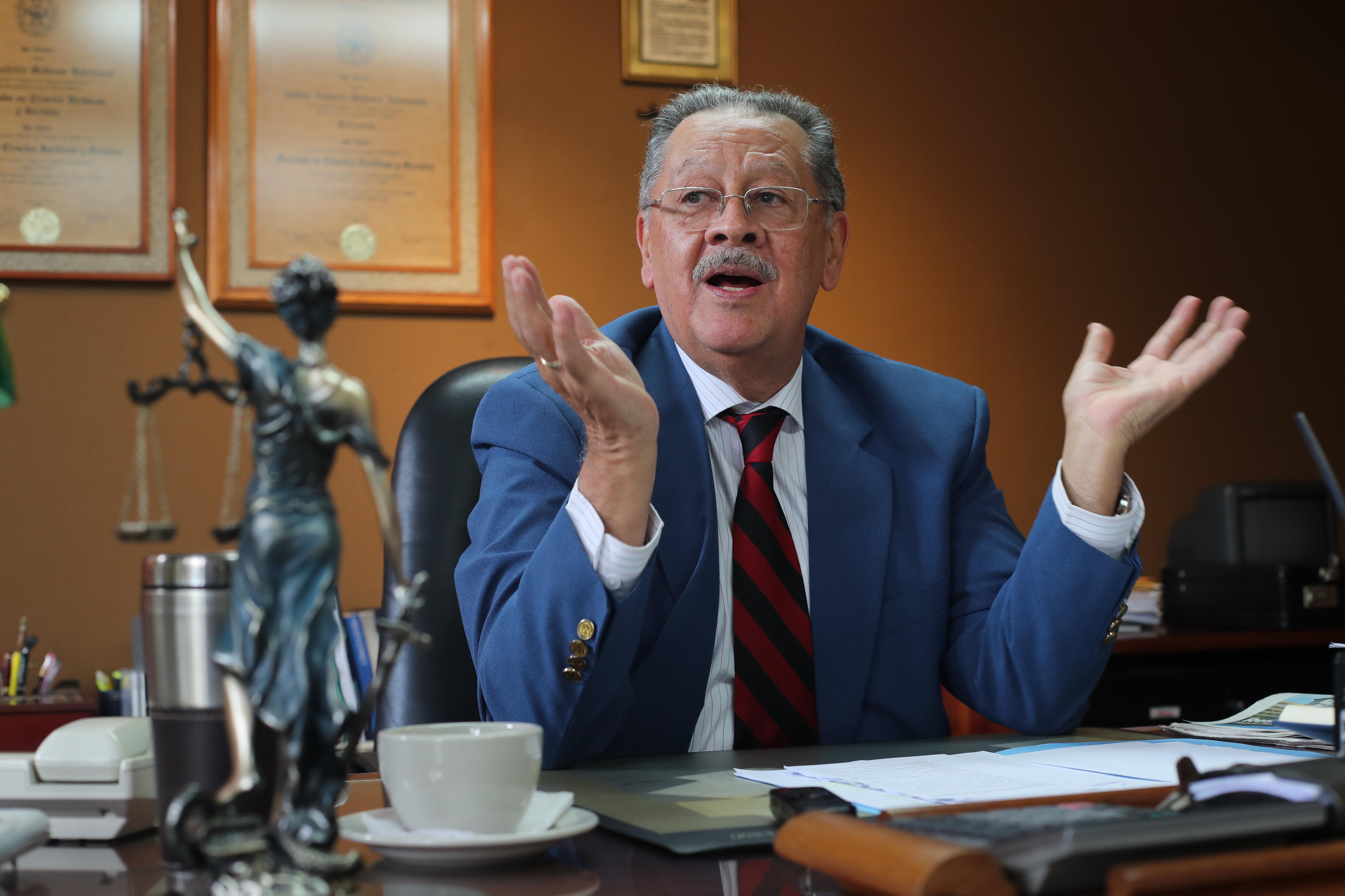 El exmagistrado Gabriel Medrano Valenzuela explica la situación del país durante el proceso electoral. (Foto Prensa Libre: Érick Ávila )