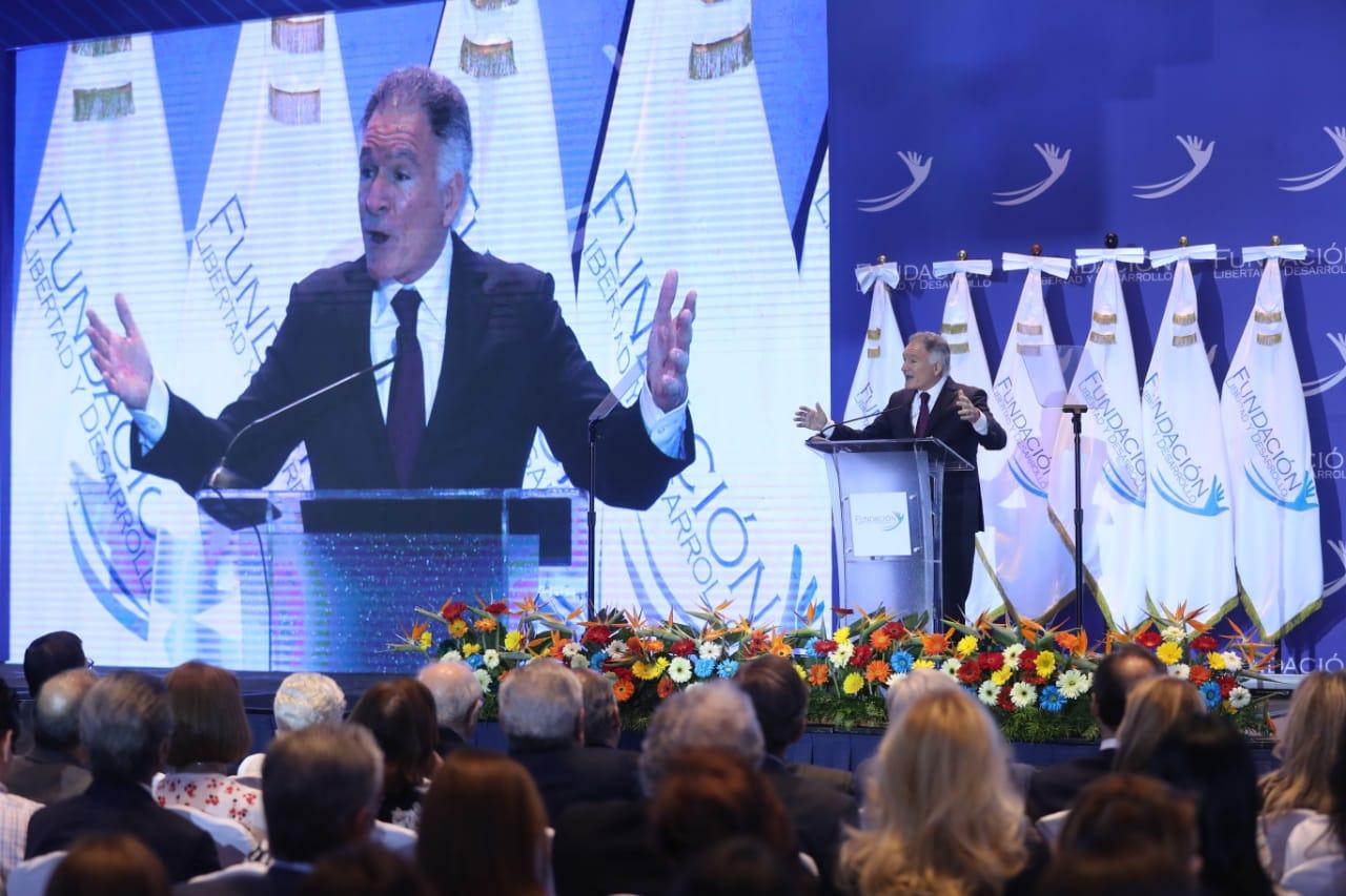 Dionisio Gutiérrez, presidente de la Fundación Libertad y Desarrollo, en el discurso de apertura del foro Elecciones libres, ¿democracia secuestrada? (Foto Prensa Libre: Esbin García)