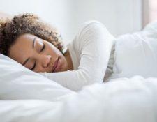 Mucha gente espera el fin de semana para compensar esa falta de sueño durmiendo más de lo habitual (GETTY IMAGES)