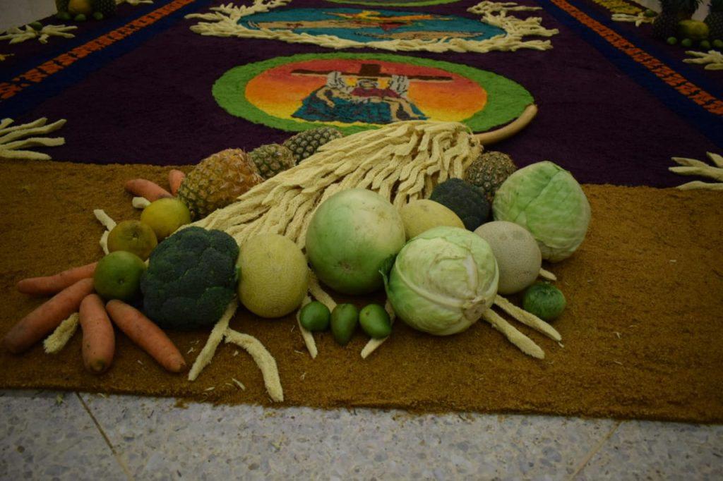 La alfombra contaba con frutos como ofrenda para el sepultado dominico. Foto Prensa Libre: Cristo del Amor OP