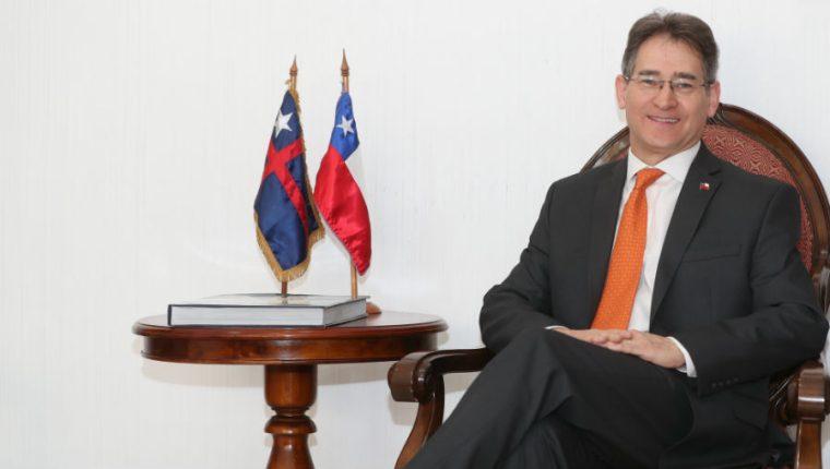 El embajador chileno, Javier Becker Marshall, dijo que existe interés de ampliar el TLC y crear un texto único con la vigencia de la unión aduanera con Guatemala, Honduras y El Salvador. (Foto Prensa Libre: Esbin García)