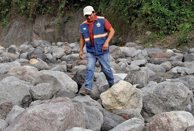 Edgar Antonio Barrios es uno de los técnicos del Insivumeh que vigila la actividad del volcán de Fuego. (Foto Prensa Libre: Érick Avila)