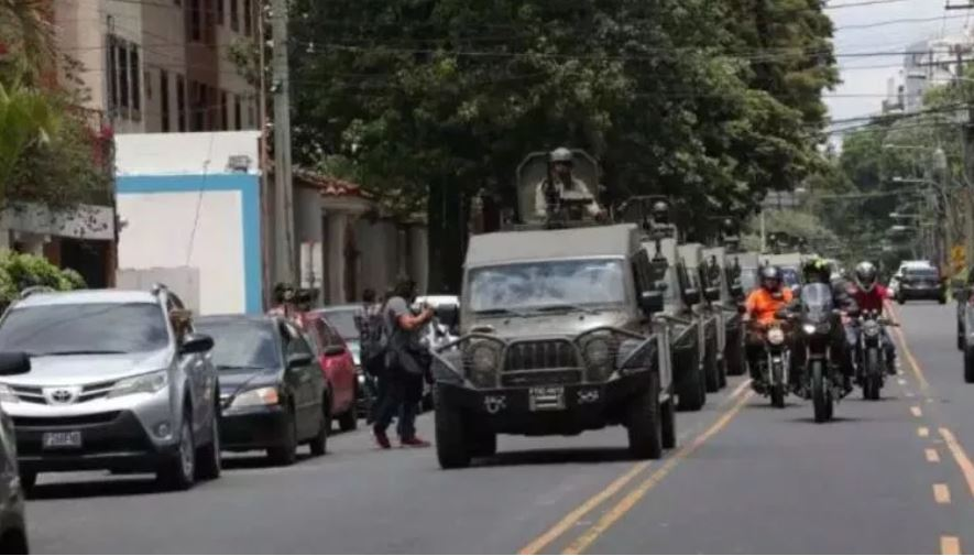 Los jeeps J8 que donó EE. UU. para tareas de narcotráfico fueron utilizados el 31 de agosto del 2018, para rondar la sede de la Cicig. (Foto Prensa Libre: Hemeroteca PL)