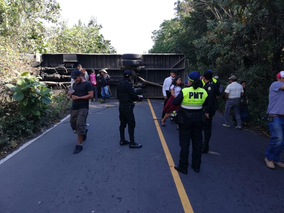 Conductor de bus se queda sin frenos y vuelca en San Pedro Yepocapa