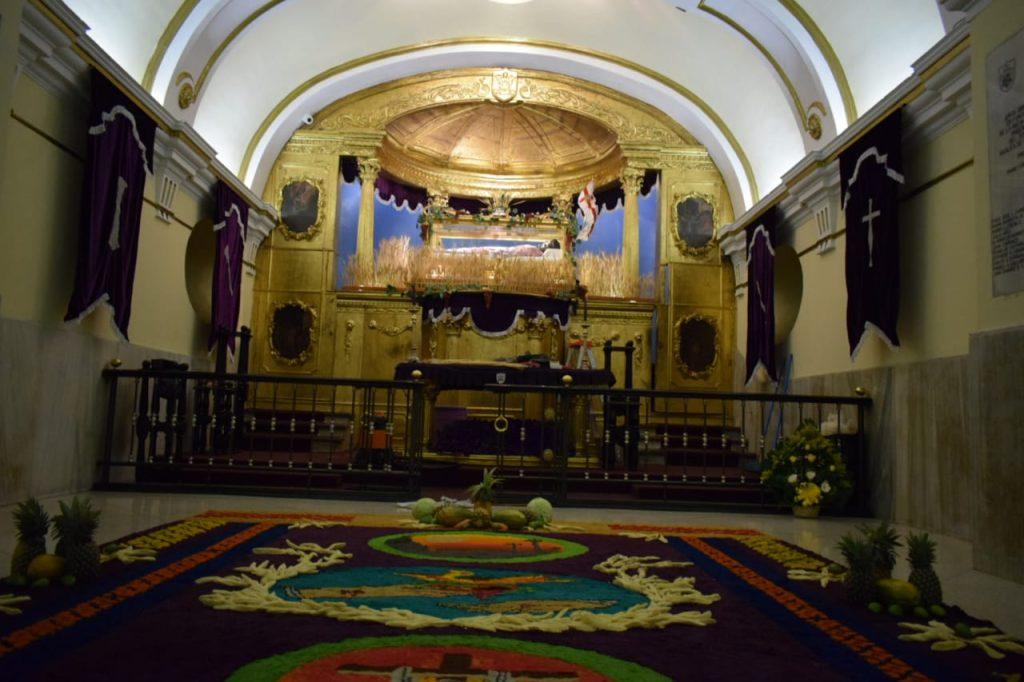 En la capilla del Cristo del Amor se cambió el adorno y se realizó una alfombra de aserrín. Foto Prensa Libre: Cristo del Amor OP