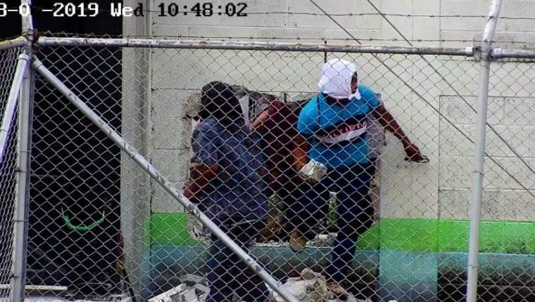 Imagen de una cámara de videovigilancia que muestra el momento en que uno de los pobladores ingresa en la subestación del Inde. (Foto Prensa Libre: Cortesía)